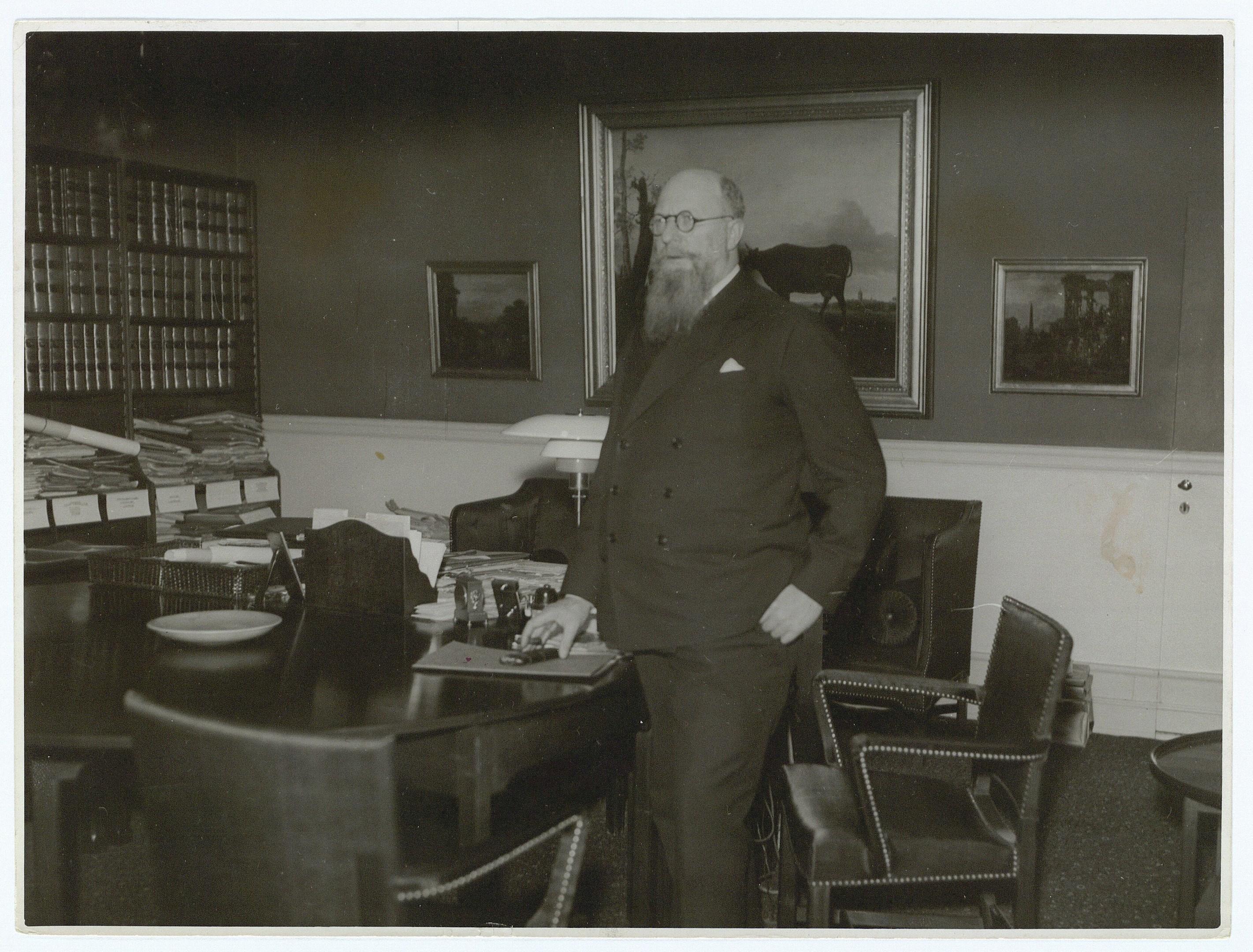 Thorvald Stauning i sit Christiansborgkontor, indrettet med Kaare Klints møbler. Fotokredit: Det Kgl. Bibliotek